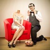 Het meisje verliest haar hoofd in liefdeaanzoek van de zelf zekere vriend van de nerdmens voor valentijnskaartdag Stock Foto