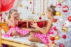 Het meisje verraste grote rode Kerstmisgiften Stock Foto