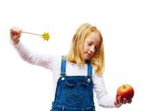Het meisje verrukt een appel Royalty-vrije Stock Foto's