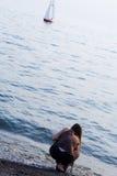 Het meisje verwacht de zeeman Stock Afbeelding