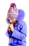 Het meisje verwarmt handen royalty-vrije stock afbeelding