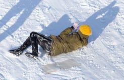 Het meisje viel in de sneeuw stock fotografie