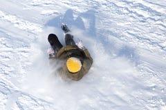 Het meisje viel in de sneeuw stock foto