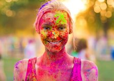Het meisje viert holifestival royalty-vrije stock afbeeldingen