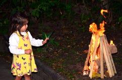 Het meisje viert Vertraging Ba'Omer Jewish Holiday royalty-vrije stock fotografie