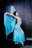 Het meisje voert het oostendans uit Stock Foto