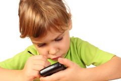 Het meisje vond iets interesserend in telefoon Stock Foto's