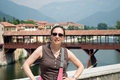 Het meisje voor de houten brug van Bassano del grappa, historicus voor de weerstand van de tweede oorlog stock foto