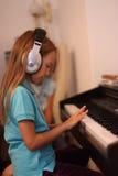 Het meisje voor een piano Stock Fotografie