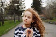Het meisje vouwde haar handen een gevormd hart stock fotografie