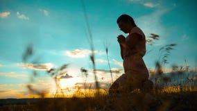 het meisje vouwde haar indient gebedsilhouet bij zonsondergang langzame geanimeerde video Het meisje vouwde haar indient gebed bi stock video