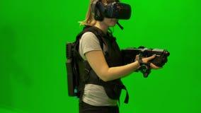 Het meisje in vrglazen kijkt rond Jonge vrouw die virtuele werkelijkheidsglazen dragen Enthousiaste VR-glazen die het schieten si stock video