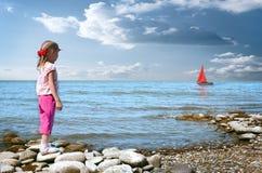 Het meisje wacht boot Stock Foto's