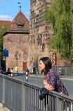 Het meisje wacht somebody op de brug Royalty-vrije Stock Fotografie