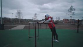 Het meisje warmt op sportengrond op stock videobeelden