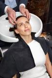 Het meisje wast haar hoofd in een schoonheidssalon royalty-vrije stock fotografie