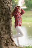 Het meisje weinig leuk kind geniet van gang op de winderige achtergrond van de dagaard Kapsels op winderige dagen te dragen Comfo royalty-vrije stock afbeelding
