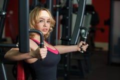 Het meisje werkt in gymnastiek op een vlindermachine uit Stock Foto's