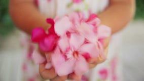 Het meisje werpt bloemen stock footage