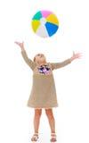 Het meisje werpt de bal Royalty-vrije Stock Afbeelding