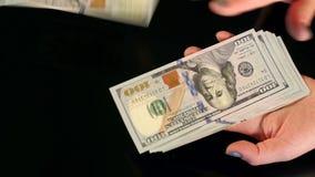 Het meisje werpt heel wat honderd dollarsrekeningen, close-up stock videobeelden