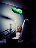 Het meisje werpt op hoofdkussens Stock Fotografie