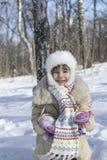 Het meisje werpt op sneeuw Royalty-vrije Stock Afbeeldingen