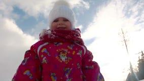 Het meisje werpt sneeuw stock footage