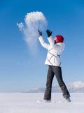 Het meisje werpt sneeuw Stock Afbeeldingen