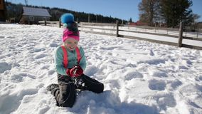 Het meisje werpt Sneeuwbal bij de Camera buiten Genietend van Warm de Winterweer Vrouwelijk Kind die Pret hebben in openlucht tij stock video