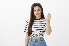 Het meisje wil uiterst kleine handeling van eerbied Unsatisfied gevraagde Europese vrouw met bruin haar, die van teleurstelling f royalty-vrije stock afbeelding