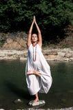 Het meisje in witte kleding is bezig geweest met yoga royalty-vrije stock foto's