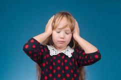 Het meisje wordt gekwetst door het hoofd Stock Foto's
