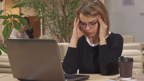 Het meisje wordt vermoeid bij de werkende hub