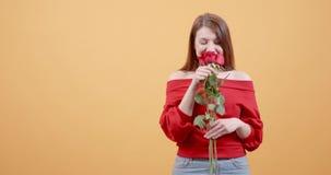 Het meisje wordt zeer opgewekt na het ontvangen van rozen van een geheime bewonderaar stock videobeelden