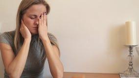 Het meisje wrijft haar ogen en rekt haar hals uit stock video