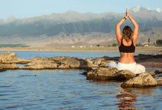 Het meisje in yoga stelt Stock Afbeeldingen