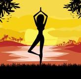 Het meisje in Yoga stelt op de Zomerachtergrond met palm Royalty-vrije Stock Foto's