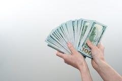 Het meisje zei ter beschikking 10000 dollars Royalty-vrije Stock Foto's