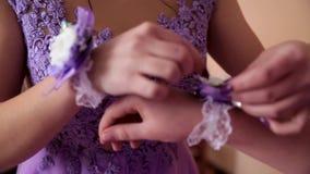 Het meisje zet een verband op een meisje Huwelijk stock footage