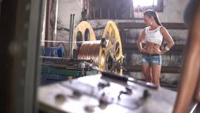 Het meisje zet machinefabriek aan stock footage
