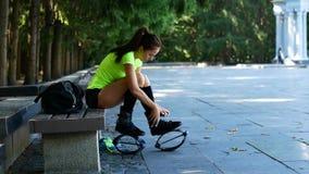 Het meisje zet op schoenen voor opleiding Bus voor kengosprong Een populair soort aerobics stock videobeelden