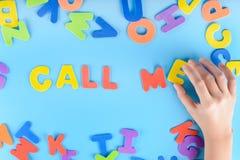 Het meisje zet uit de uitdrukking roept me van kleurrijke brieven Mooie inschrijving Stock Afbeeldingen