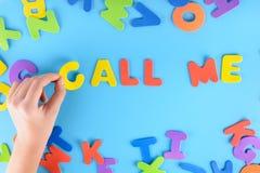 Het meisje zet uit de uitdrukking roept me van kleurrijke brieven Mooie inschrijving Stock Foto's