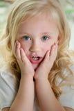 Het meisje zette haar handen aan haar wangen in verrassing stock foto's