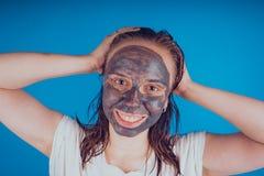 Het meisje zette op het gezichtsmasker voor acne Het concept gezichts royalty-vrije stock foto