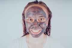 Het meisje zette op het gezichtsmasker voor acne Het concept gezichts stock foto