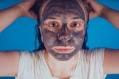 Het meisje zette op het gezichtsmasker voor acne Het concept gezichts stock afbeelding