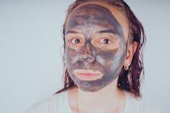 Het meisje zette op het gezichtsmasker voor acne Het concept gezichts royalty-vrije stock foto's