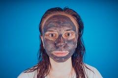 Het meisje zette op het gezichtsmasker voor acne Het concept gezichts stock foto's